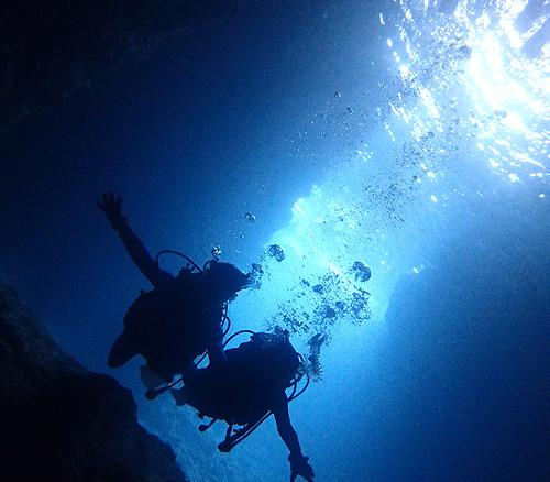 【青の洞窟体験ダイビング:約2時間】場所:本島中部 恩納村「真栄田岬」完全少人数制!青の洞窟体験ダイビング